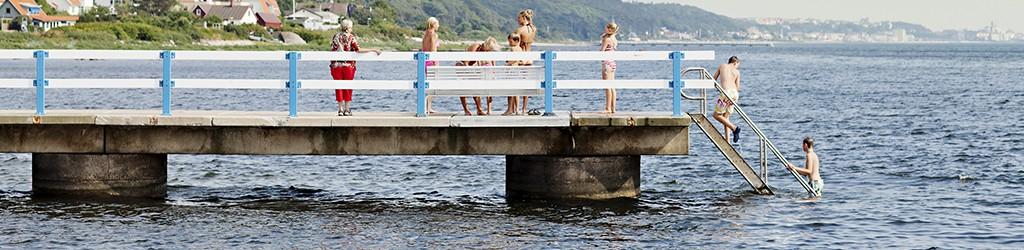 Badande på en brygga vid Hittarps strand