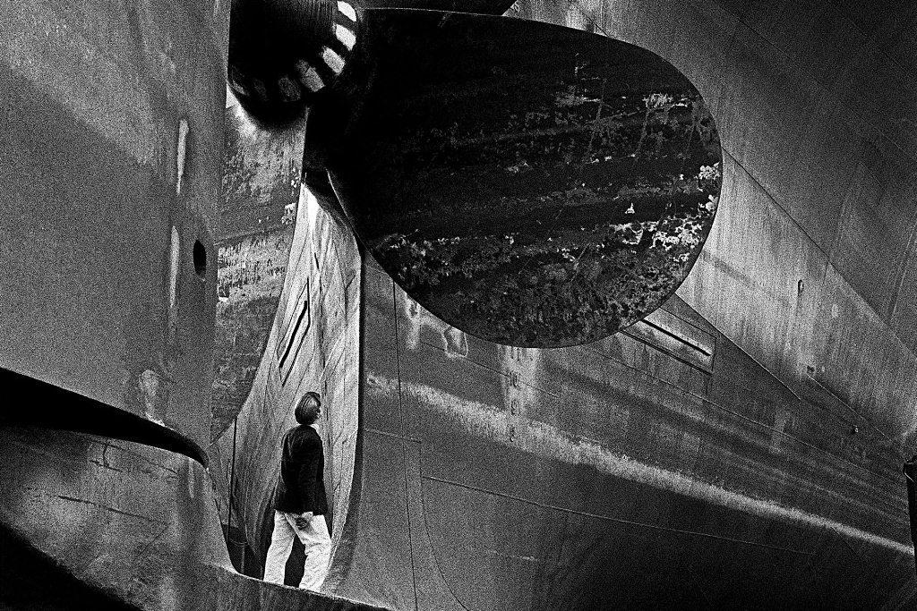 Titel: From the series/Ur serien Skeppsvarv (Eriksberg) (Shipyard, (Eriksberg)), 1973 I byggdockan (In the Construction Dock), © Yngve Baum (2518x3543 px, 6.5 MB, .jpg)
