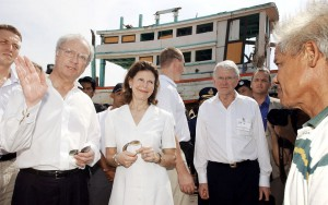 Sweden's King Carl XVI Gustaf, left, and Queen Silvia, secod left, talk to Thai fishermen at Ban Nam Khem village in Pang-nga province, southern Thailand Friday, Feb. 18, 2005. The Swedish King and Queen are on a three-day visit to Thailand to show their appreciation to the Thai people for the help given to Swedish following the Dec. 26, 2004 tsunami disaster in which 557 Swedish nationals were killed or missing. (AP Photo/Apichart Weerawong)